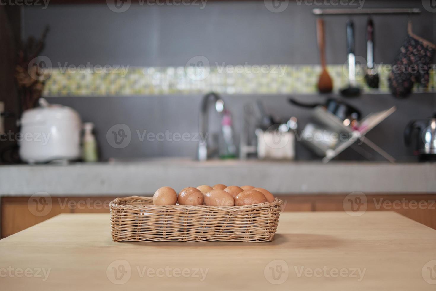 huevos frescos de granja apilados en cestas de madera en la cocina de la casa. foto