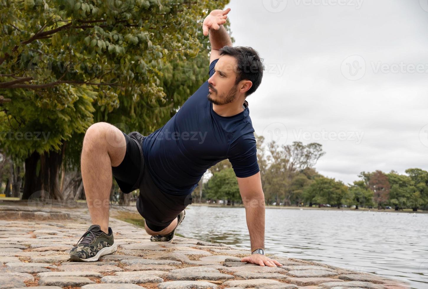 Hombre entrena con entrenamiento de flujo animal para elevar su entrenamiento de peso corporal foto