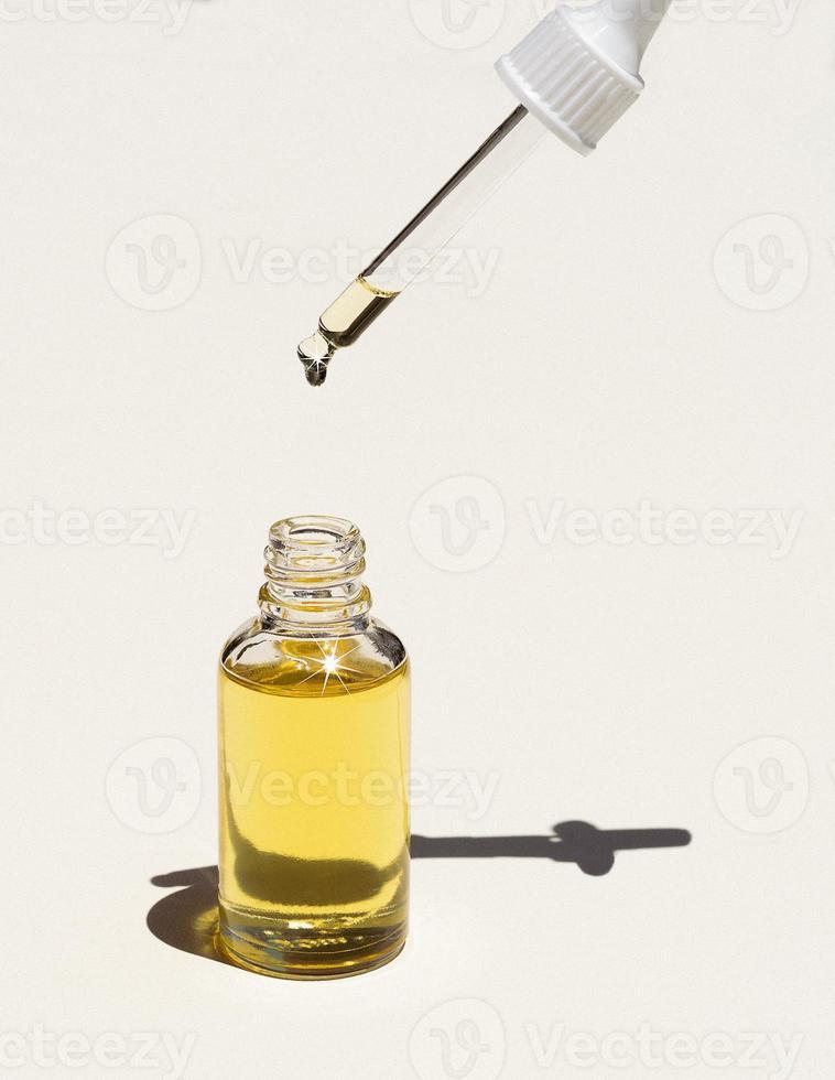 goteo de aceite facial para el cuidado de la piel foto