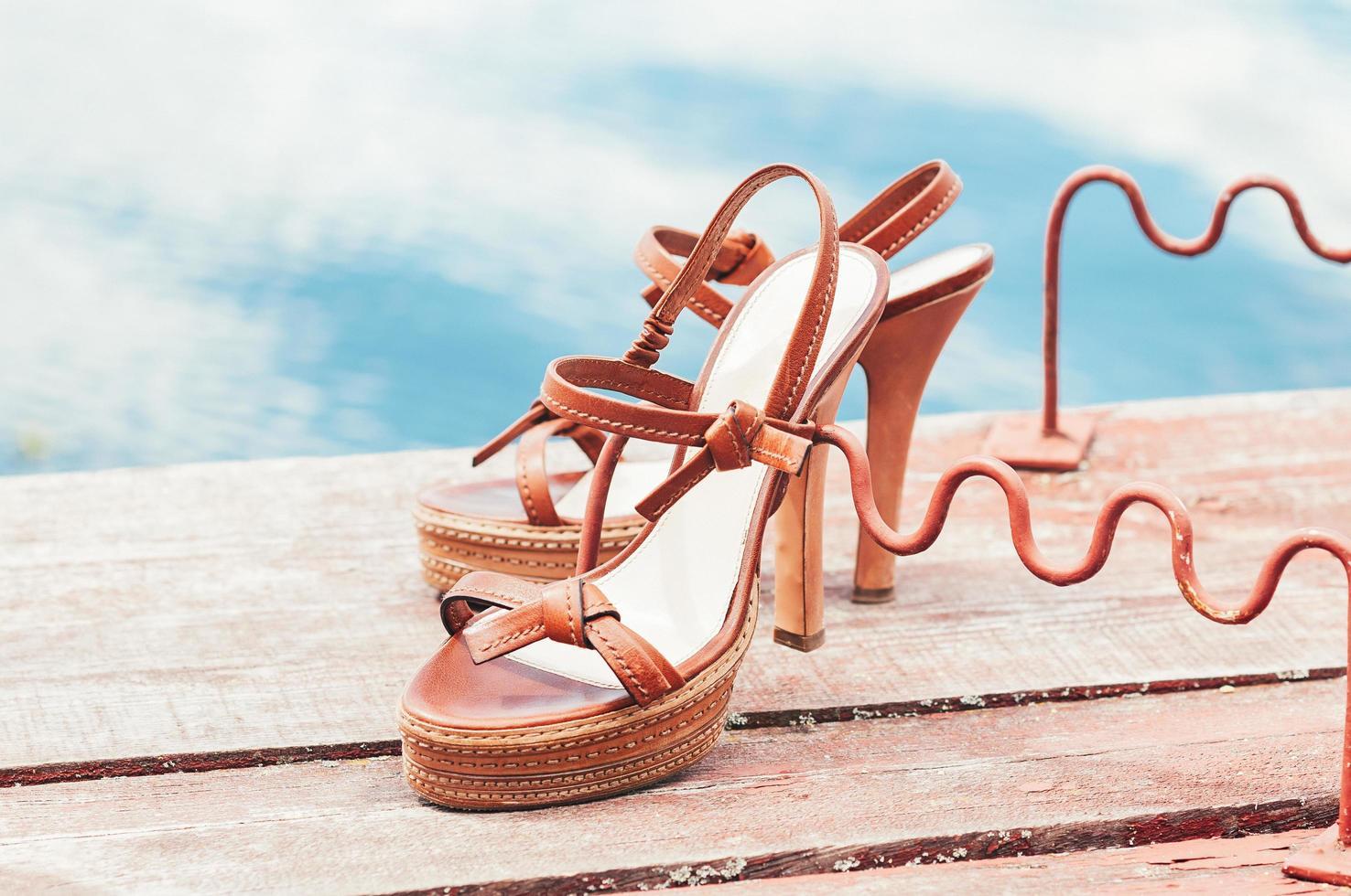 zapatos de verano de tacón alto vintage junto al río foto