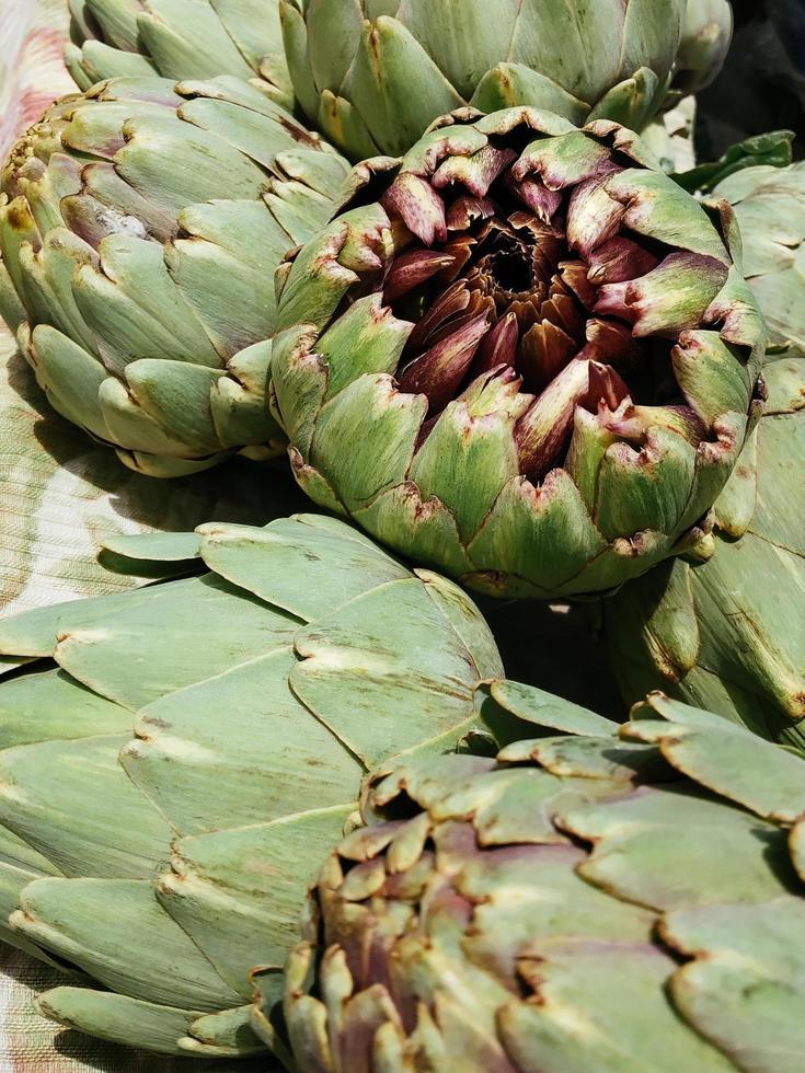 alcachofas frescas en el mercado al aire libre foto