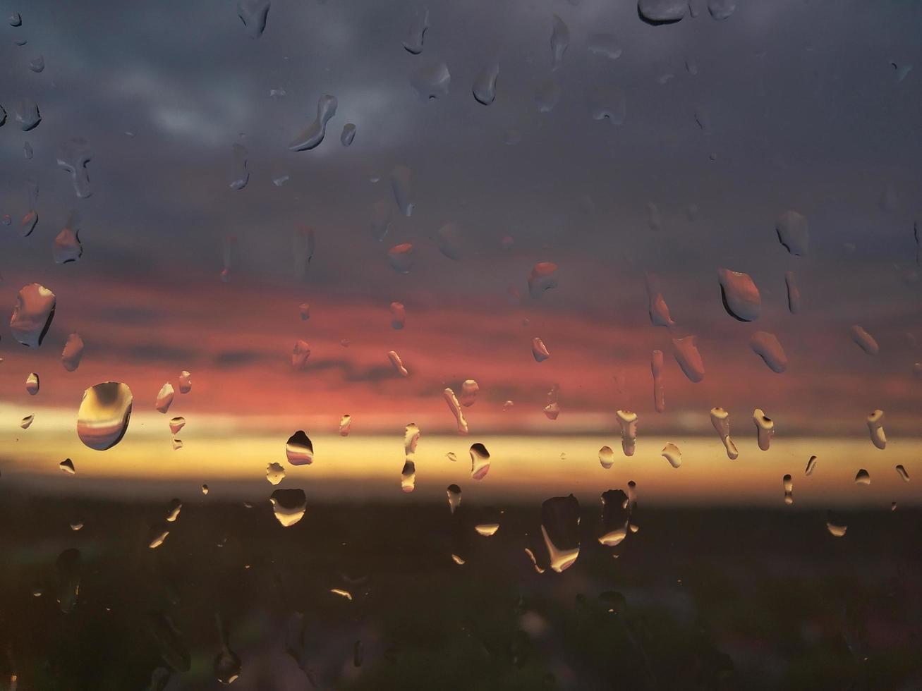 Rrain cae sobre el vidrio rojo amarillo luz foto