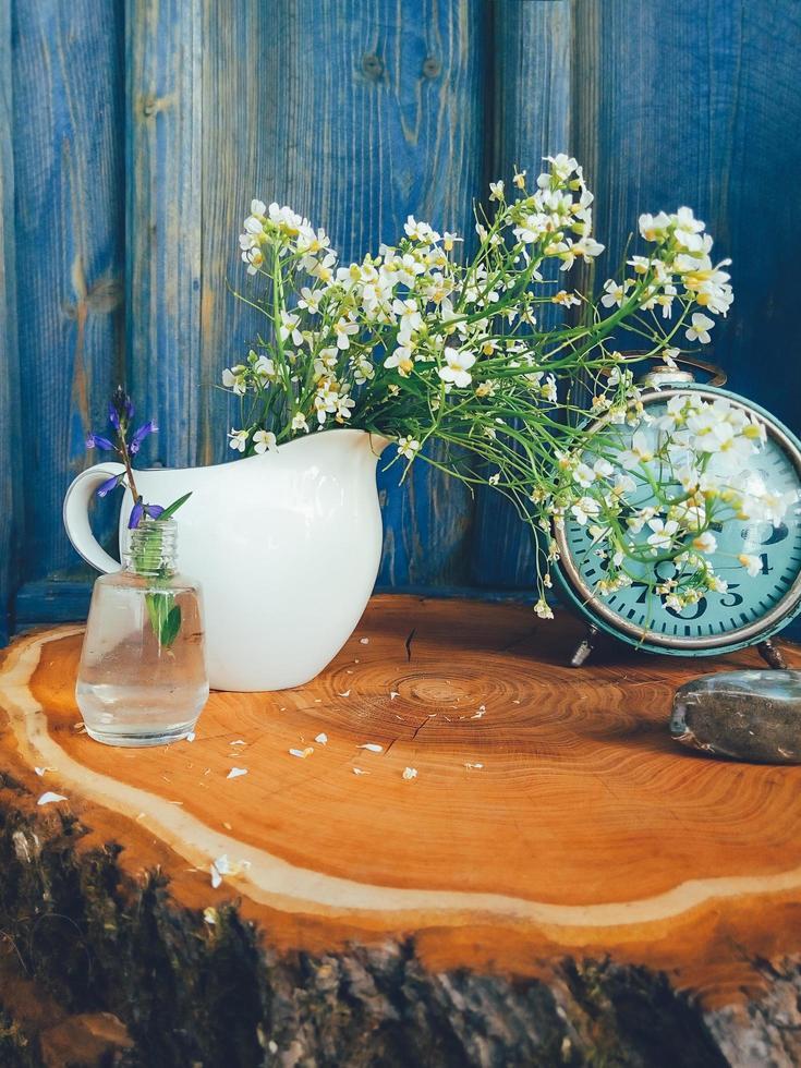 composición floral de flores silvestres de verano, reloj de mesa retro foto
