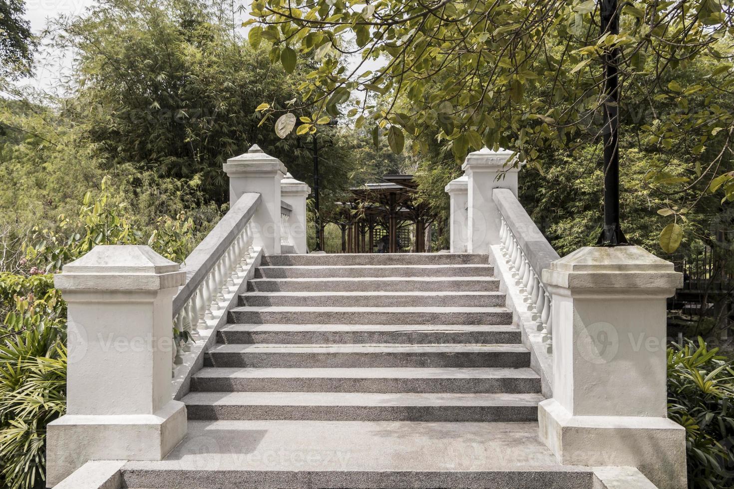hermoso puente blanco sobre el río hasta la casa de juegos de bambú. foto