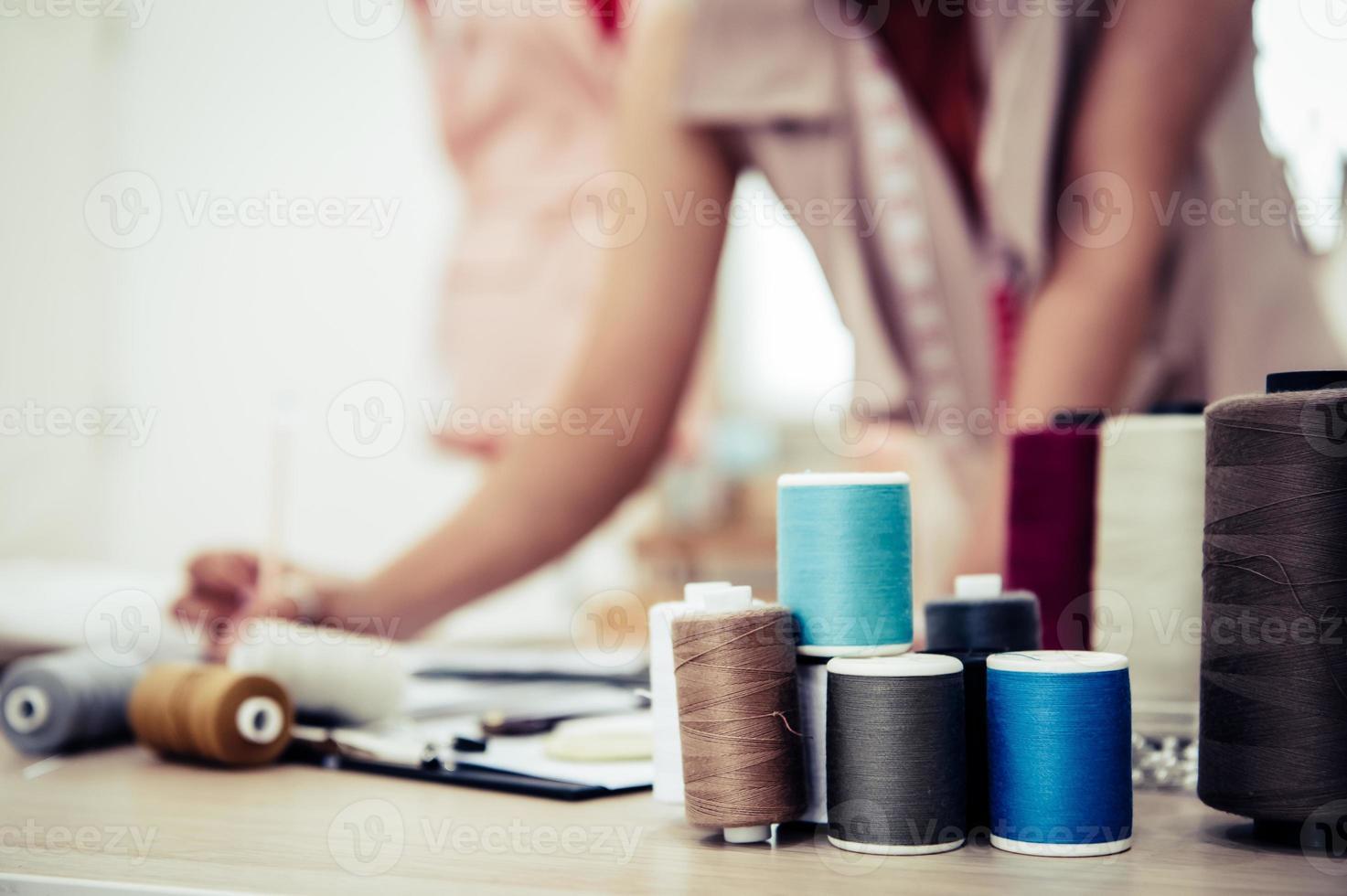 Primer plano de hilo de colores con el diseñador de moda foto