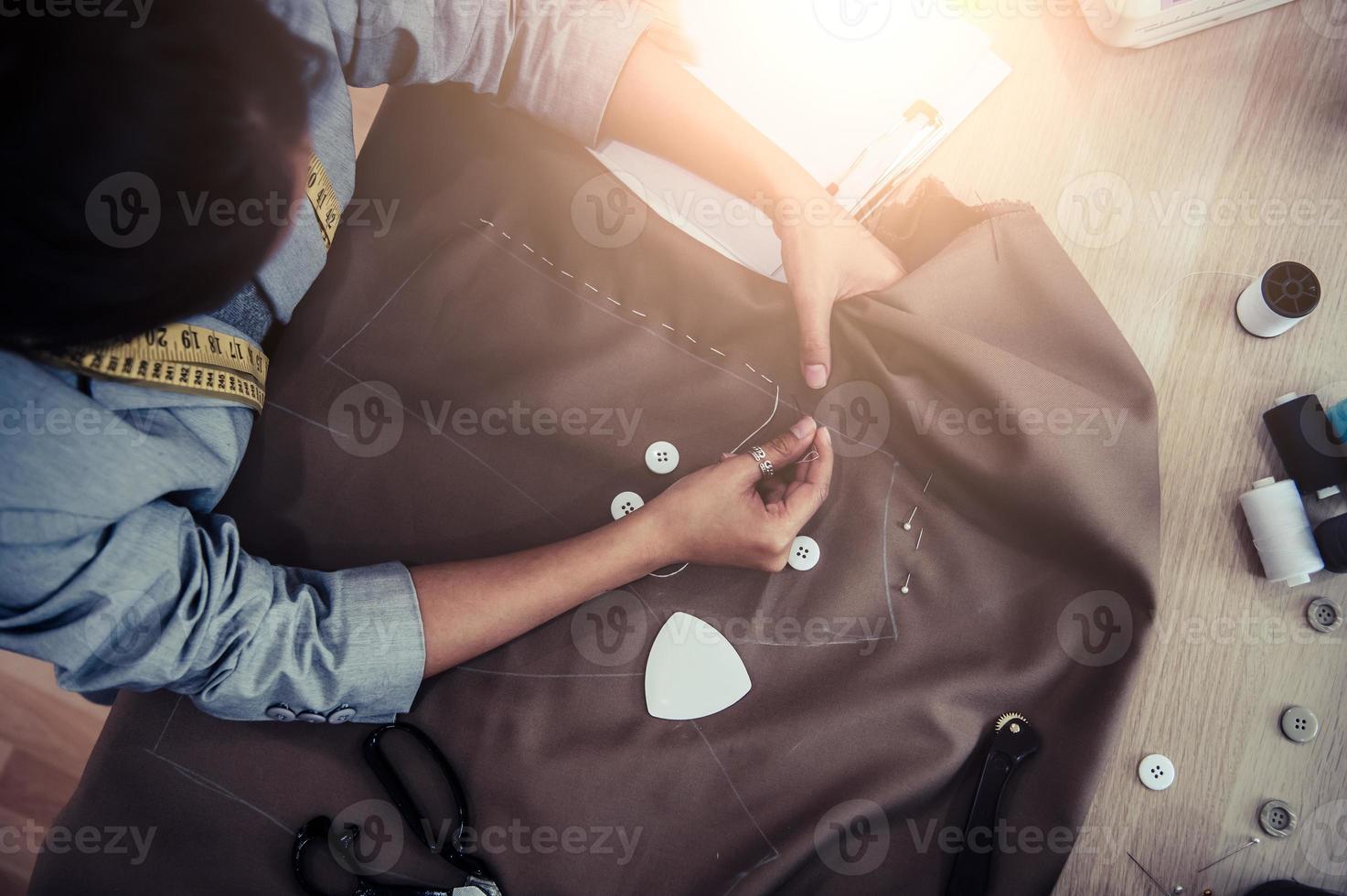 Vista superior de la hermosa tela de vestido de costura de modista foto
