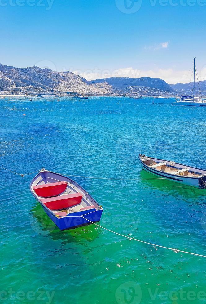 barcos en false bay, simons town, ciudad del cabo en sudáfrica. foto