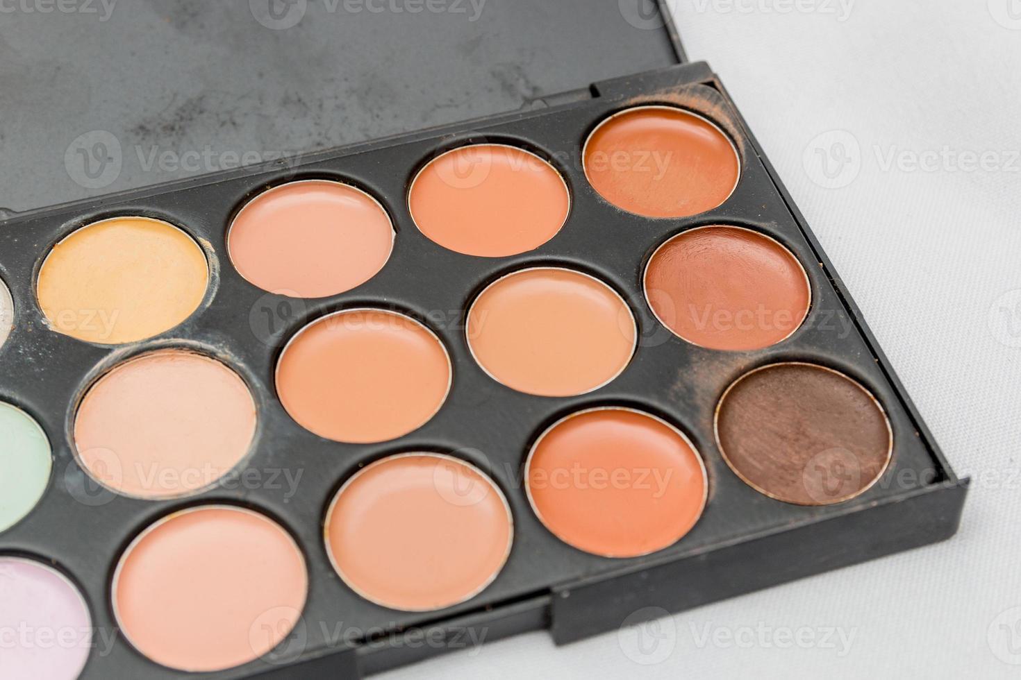 Maquillaje, paleta de sombras de ojos sobre un fondo blanco. foto