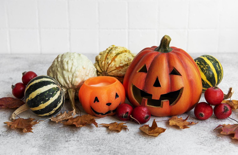 bodegón de otoño con calabazas de halloween foto