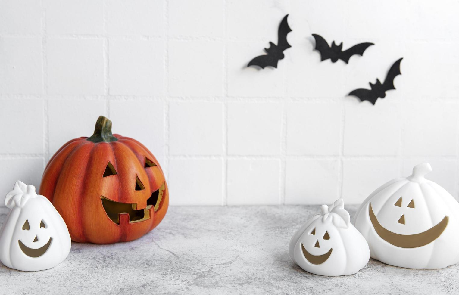 calabazas de halloween y decoración de jack o lantern foto