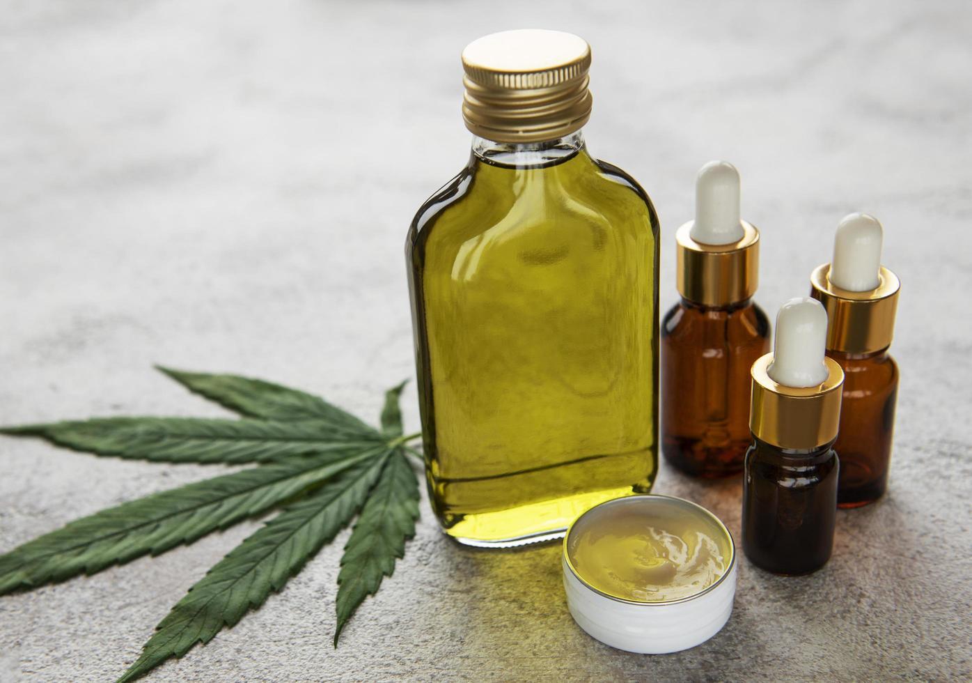 aceite de cbd, tintura de cáñamo, producto cosmético de cannabis para el cuidado de la piel foto