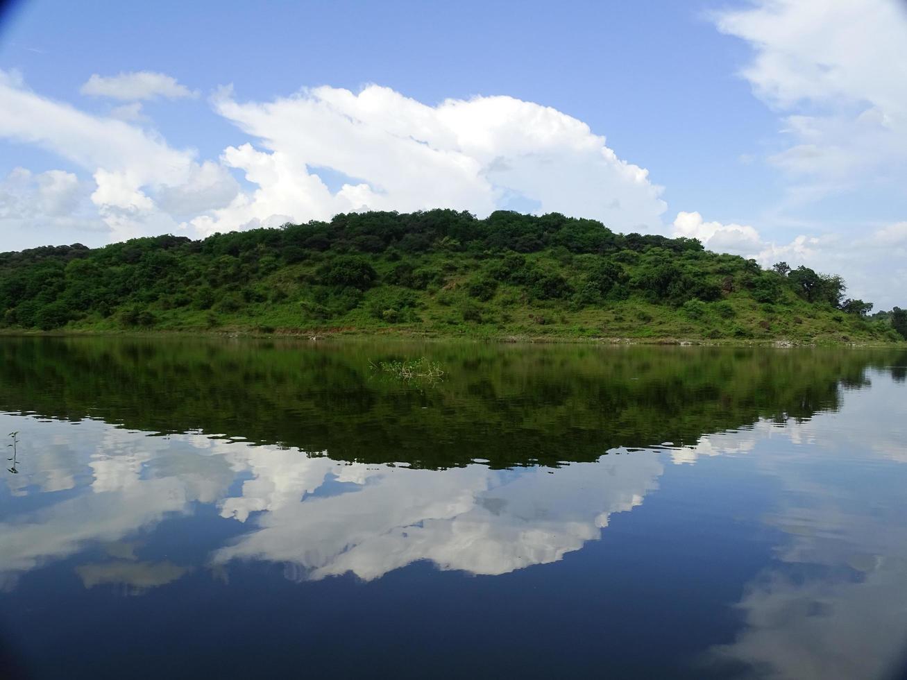 vista lateral del lago en la naturaleza foto
