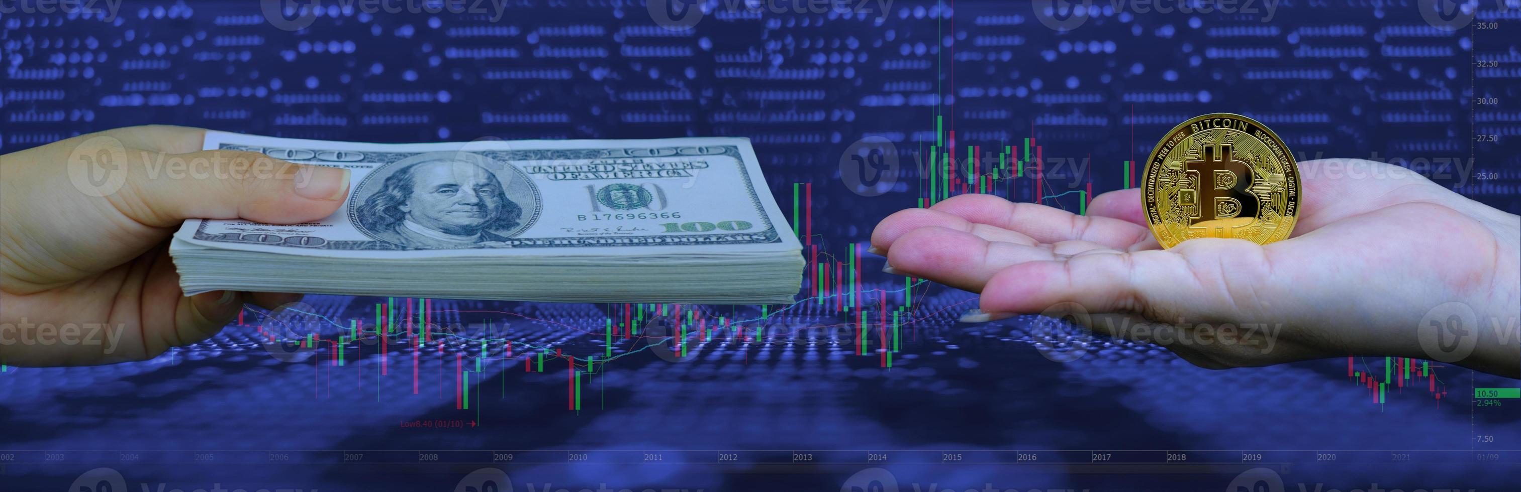 mano que sostiene la criptomoneda bitcoin dorada y dinero en papel moneda foto