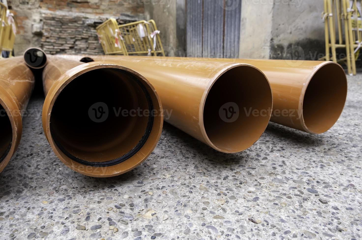 tubos de mampostería marrón foto