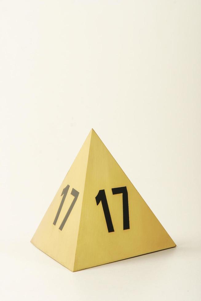 objeto de metal para mostrar el número de mesas foto