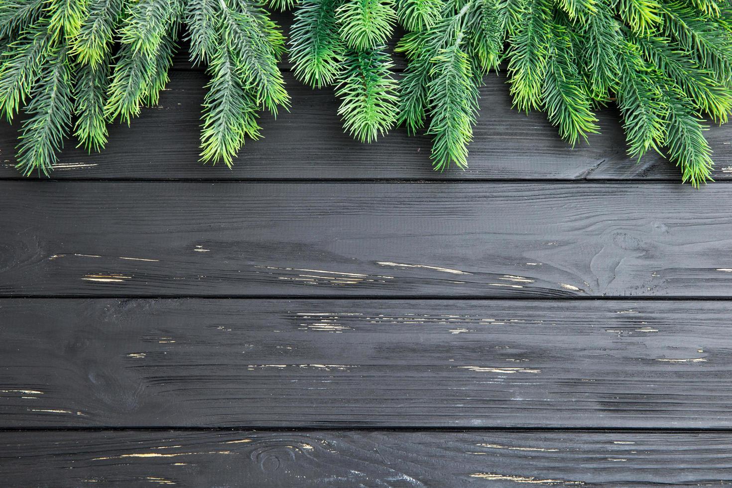 abeto de navidad en la tabla de madera foto