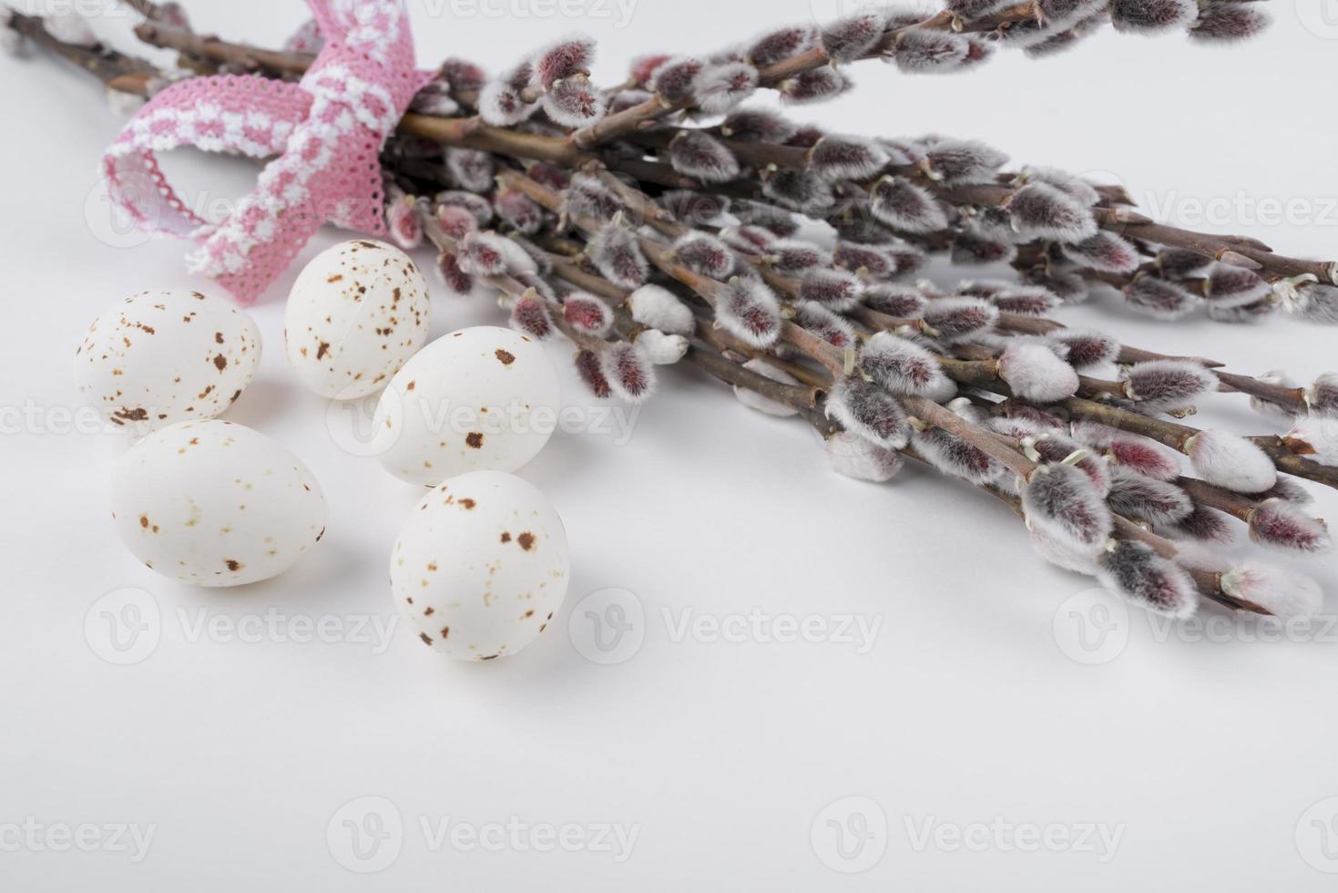 huevos blancos con ramas de sauce foto