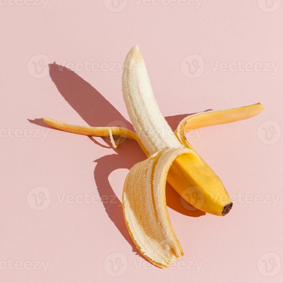 plátano sobre fondo rosa foto