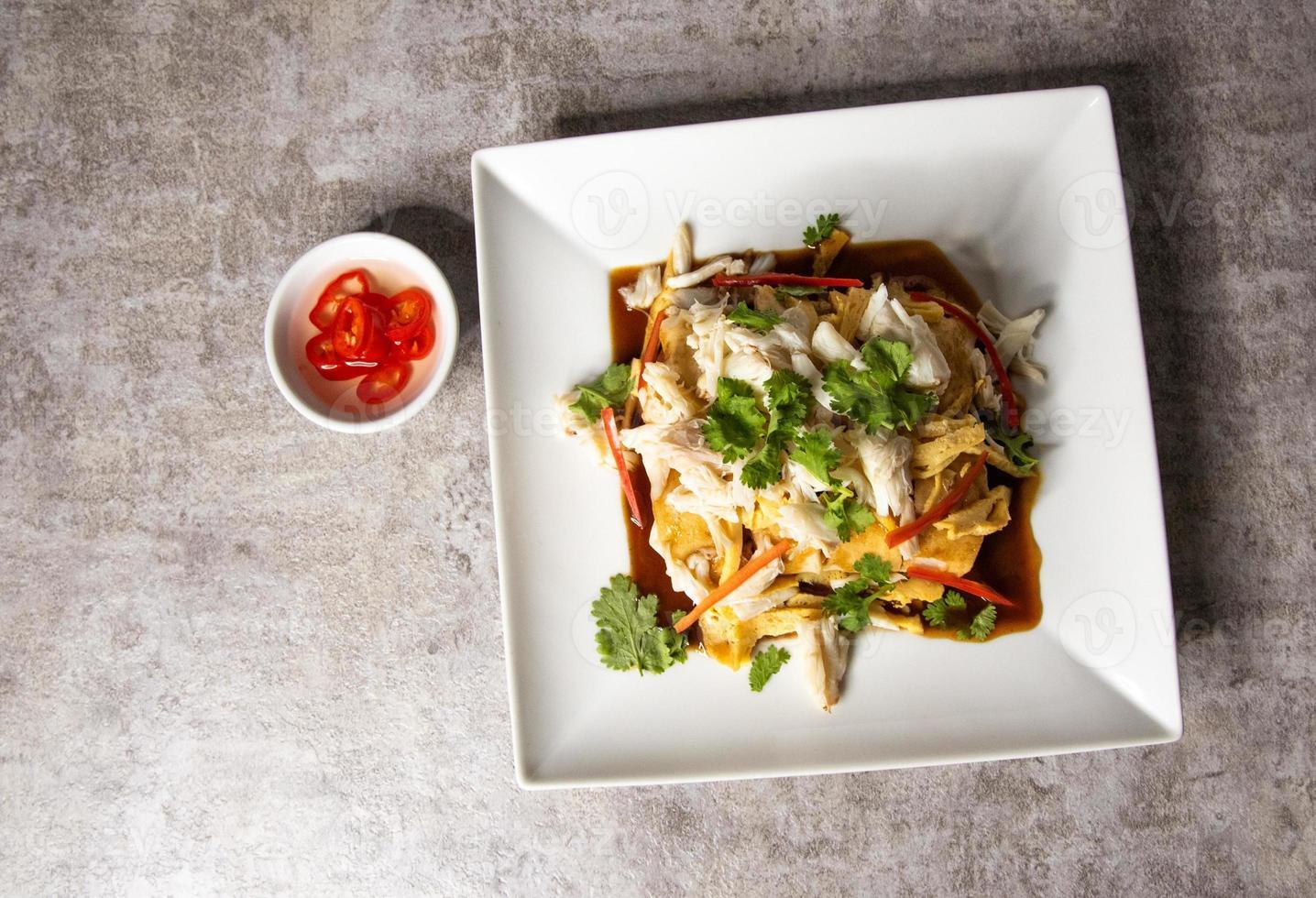 rollitos de primavera frescos y carne de cangrejo y salsa dulce comida china tailandesa foto