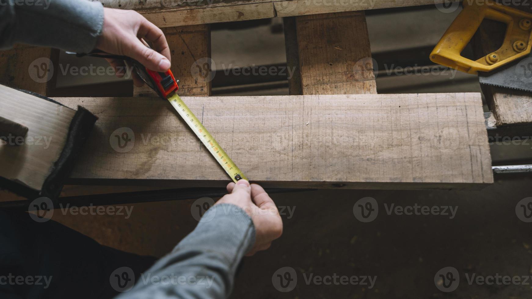 concepto de carpintería con hombre midiendo foto