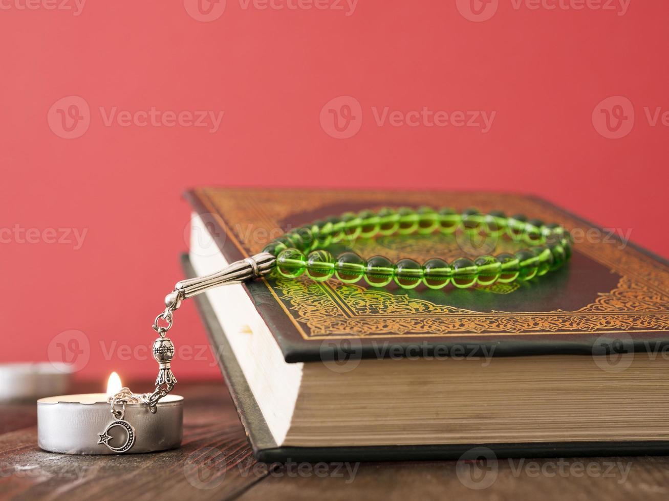 Corán sobre la mesa con cuentas de oración. foto
