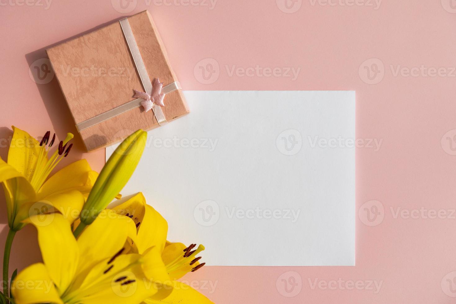 papel blanco con flores de lirio foto