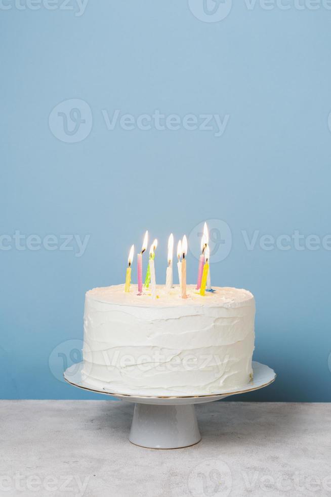 pastel de cumpleaños con velas foto