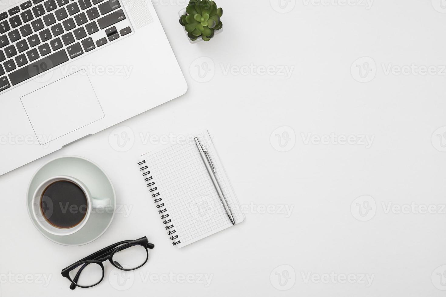 maqueta de portátil con bloc de notas foto