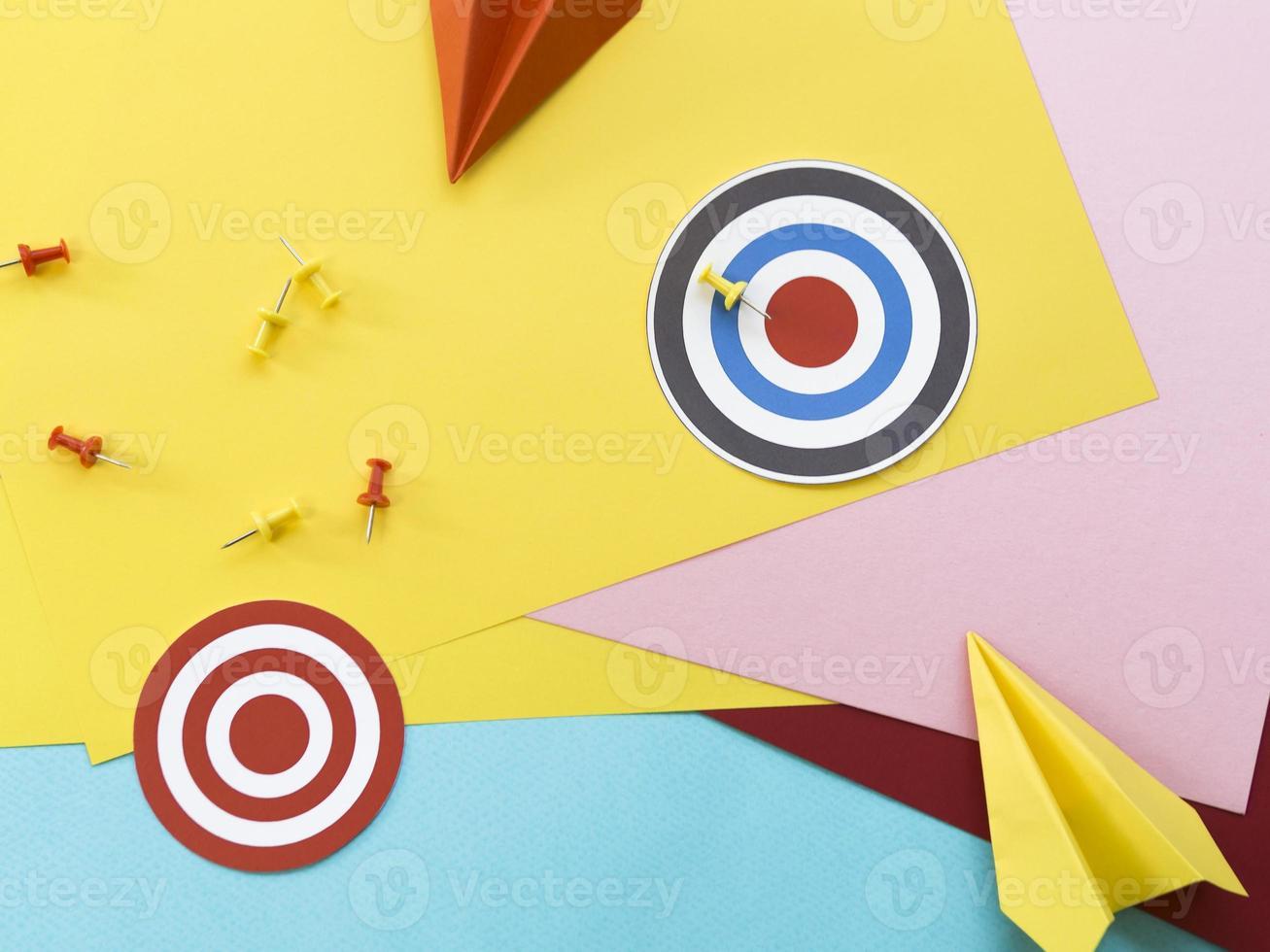 objetivos de papel con alfileres y aviones de papel foto