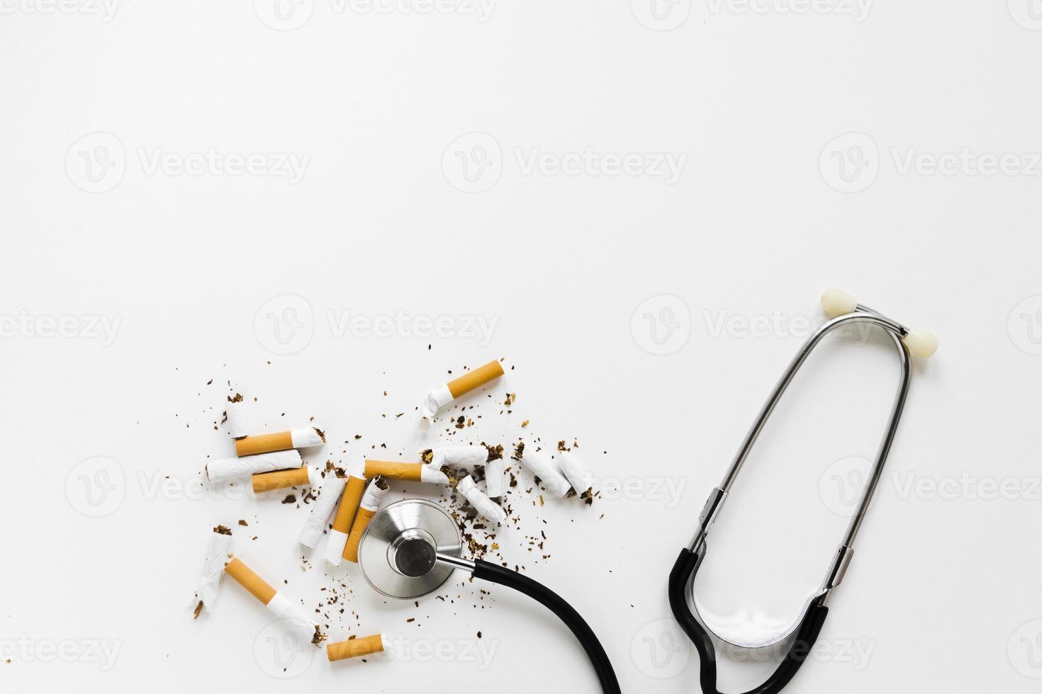 estetoscopio con cigarrillos foto