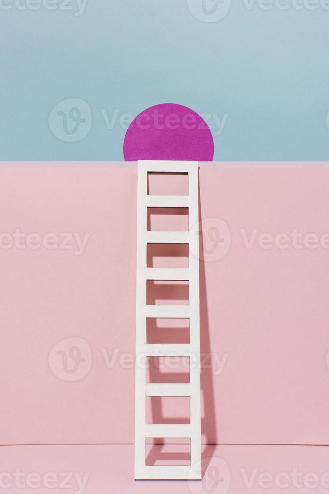 Escalera blanca con círculo rosa, maqueta de papel. foto