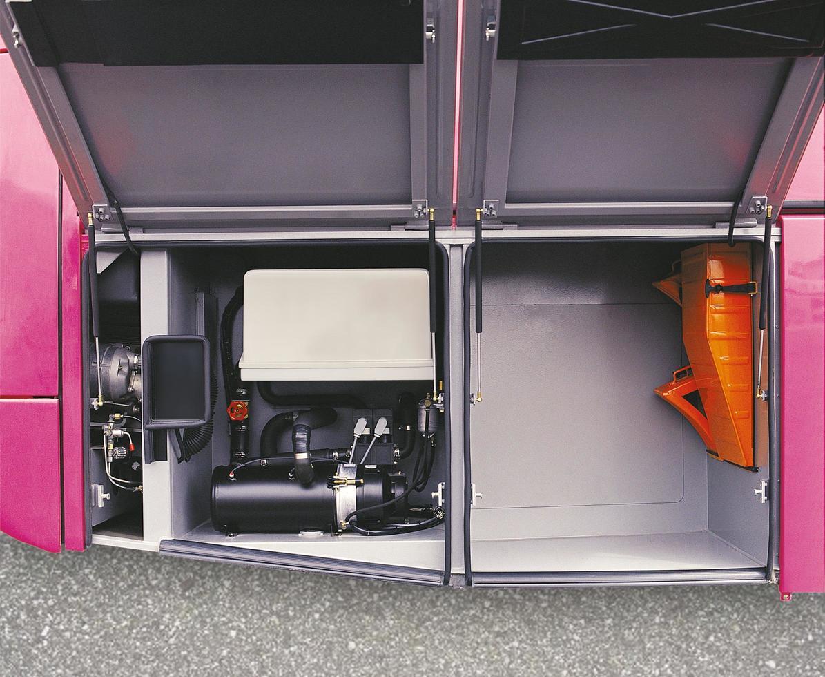 la ubicación de la cuña y el compresor del autobús. foto