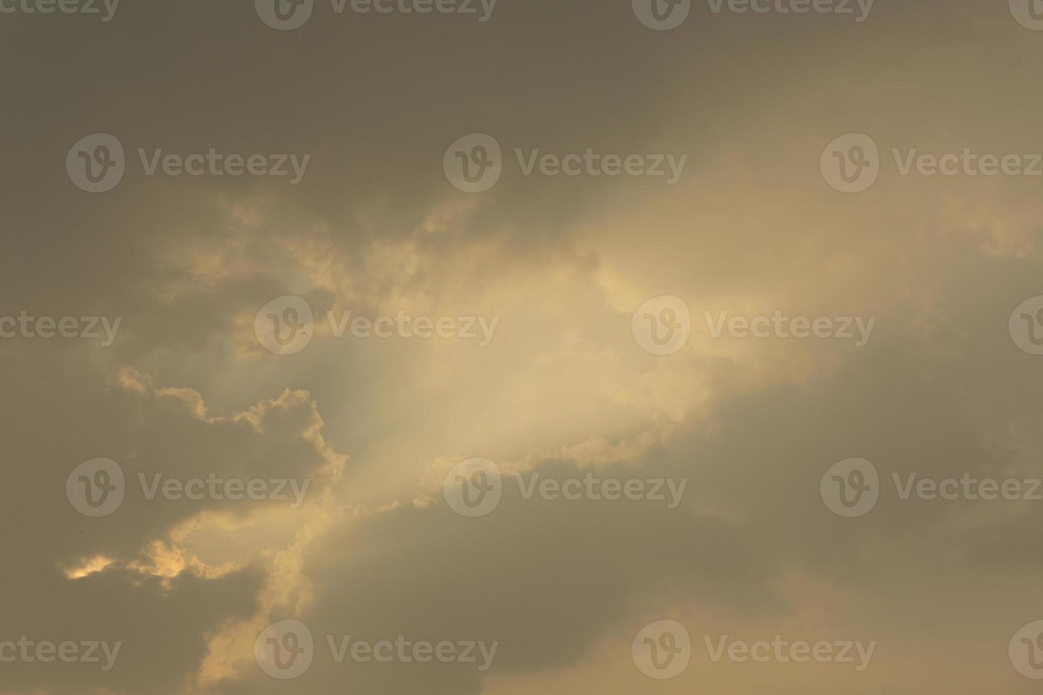 Vista del cielo nocturno con nubes y luz naranja. foto