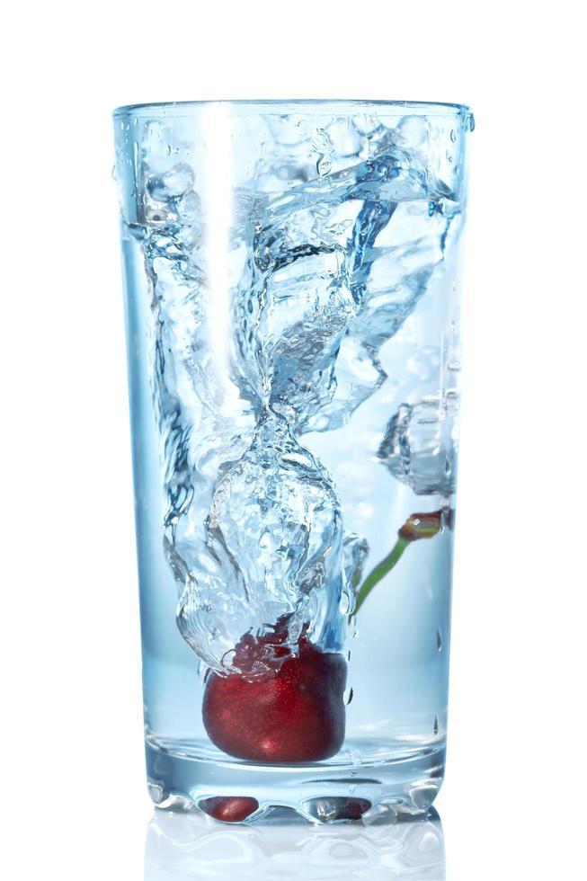 cereza cayó en un agua foto