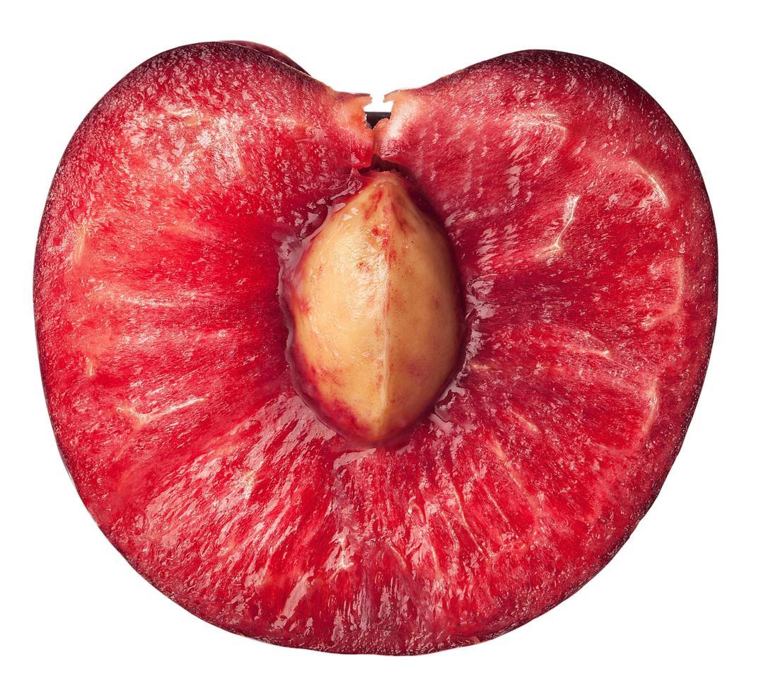 la mitad de una cereza madura y jugosa foto