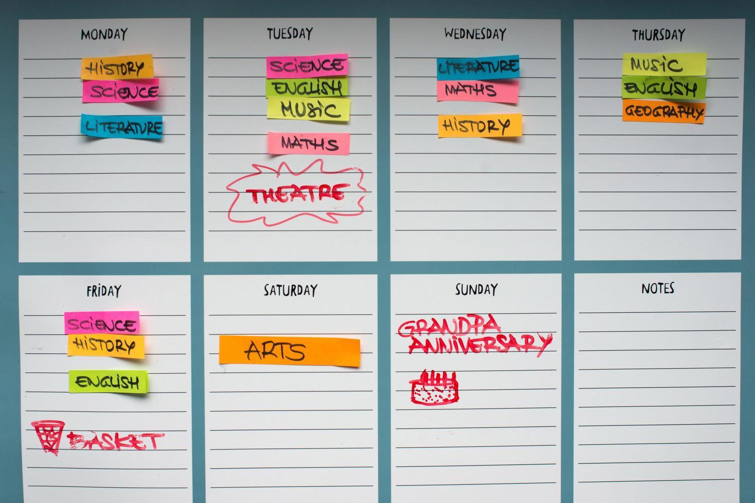planificador académico con asignaturas académicas y actividades de tiempo libre. foto