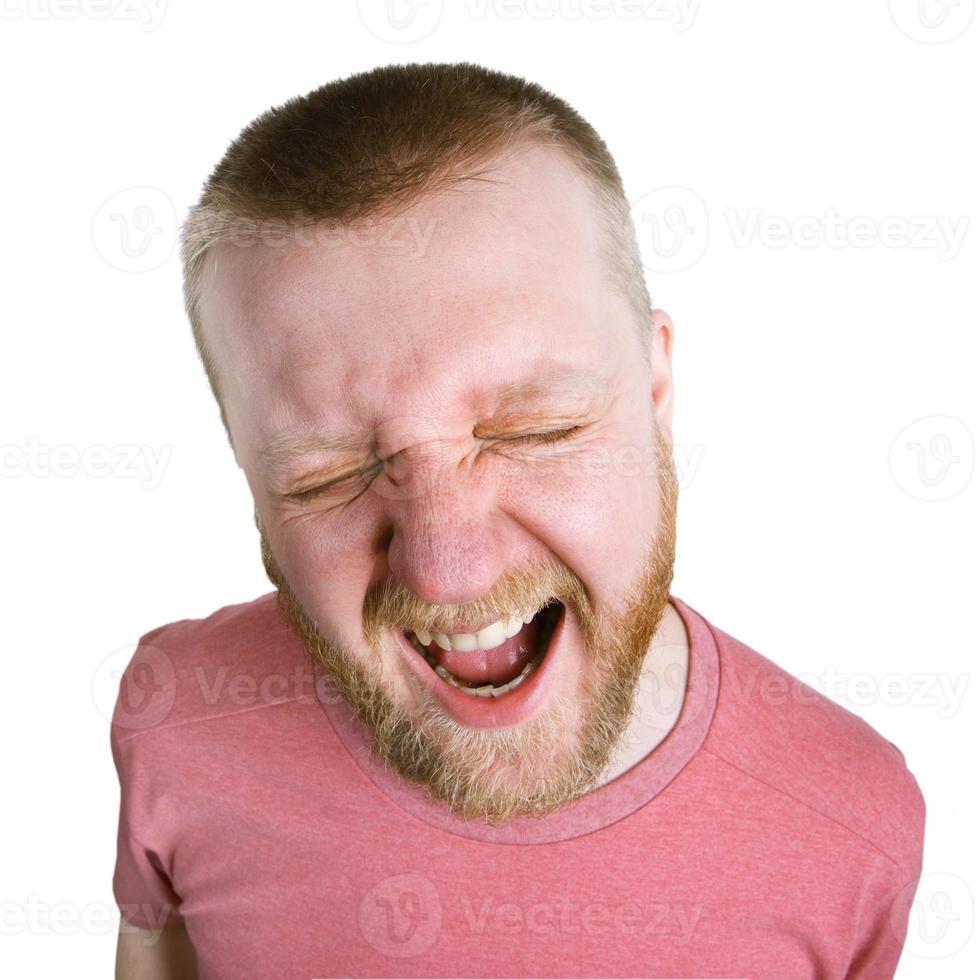 hombre barbudo con una camisa rosa grita foto