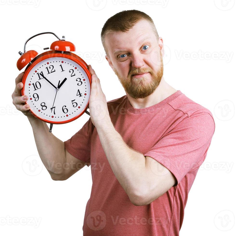 resiente hombre barbudo con un despertador foto