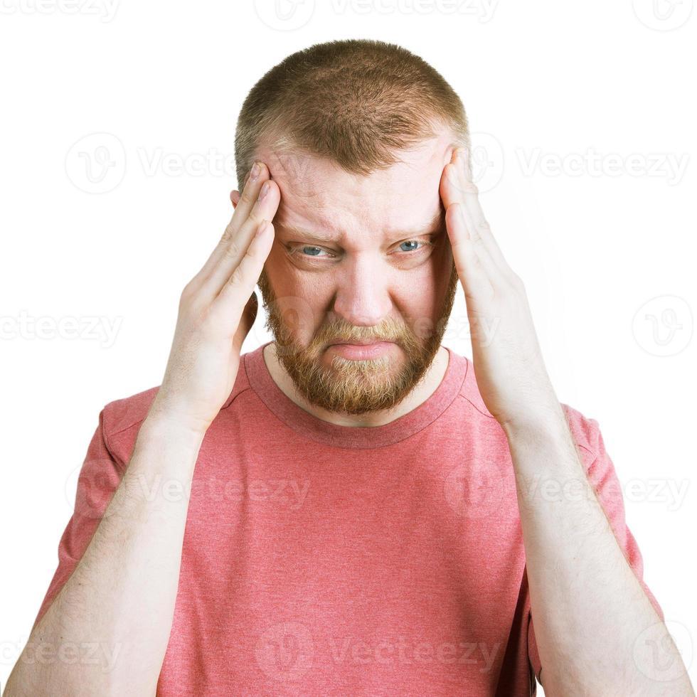 hombre barbudo se agarra la cabeza foto