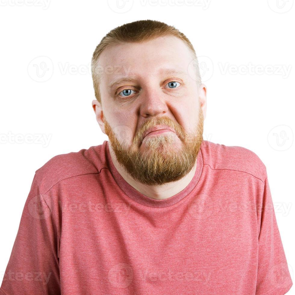hombre barbudo en camisa se encoge de hombros foto