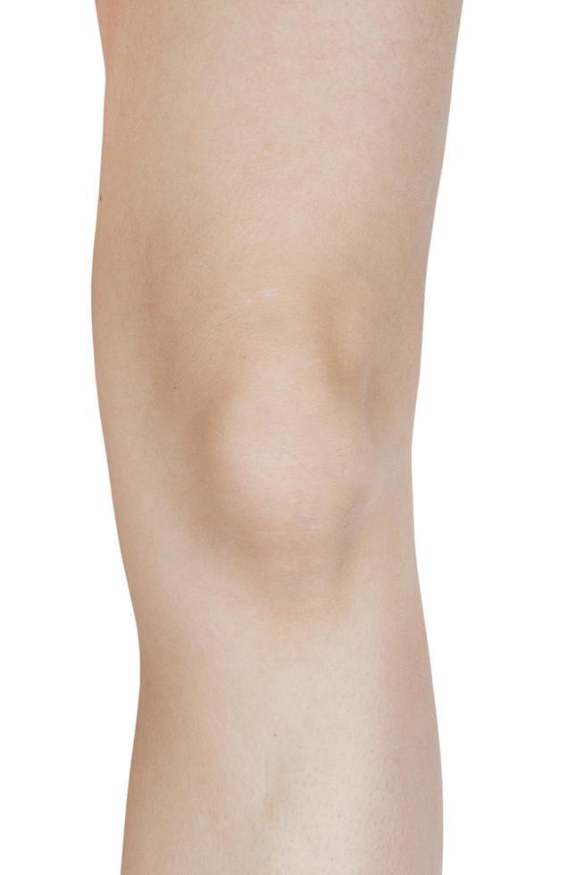 Codo piernas femeninas sobre un fondo blanco. foto