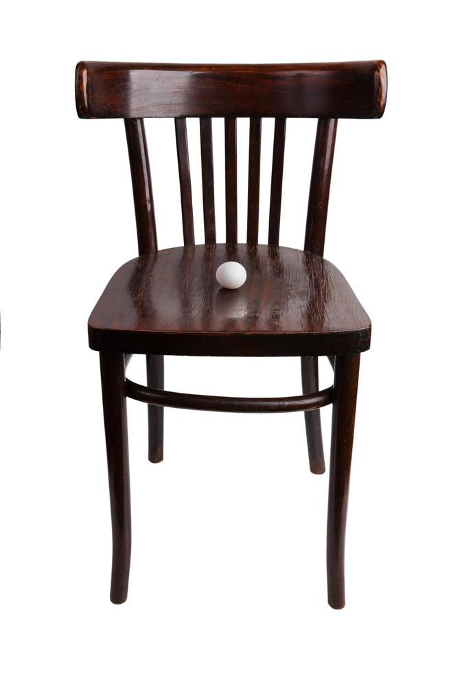huevo de gallina se encuentra en una silla de madera foto