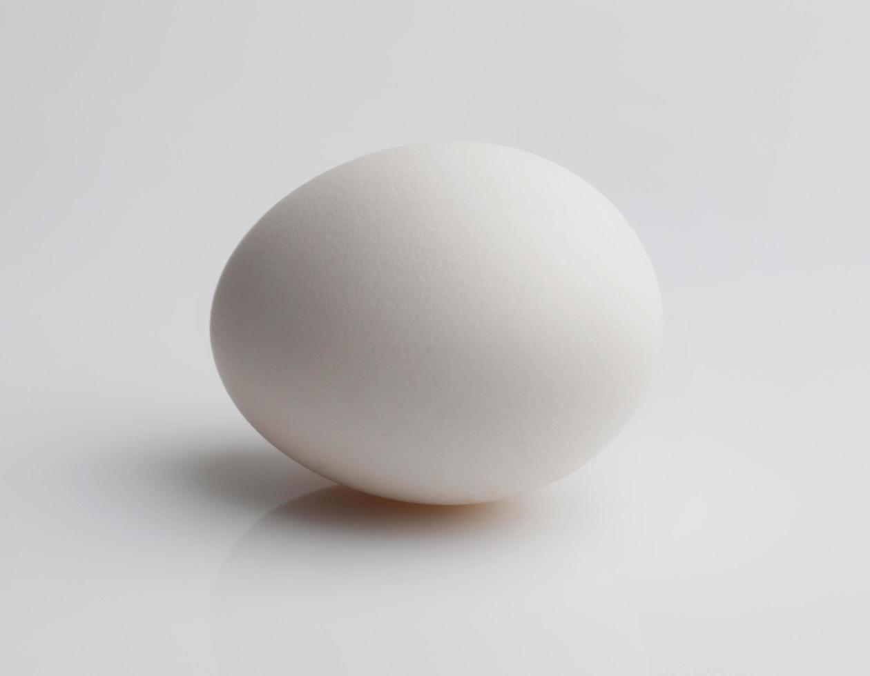 huevo crudo sobre un fondo claro foto