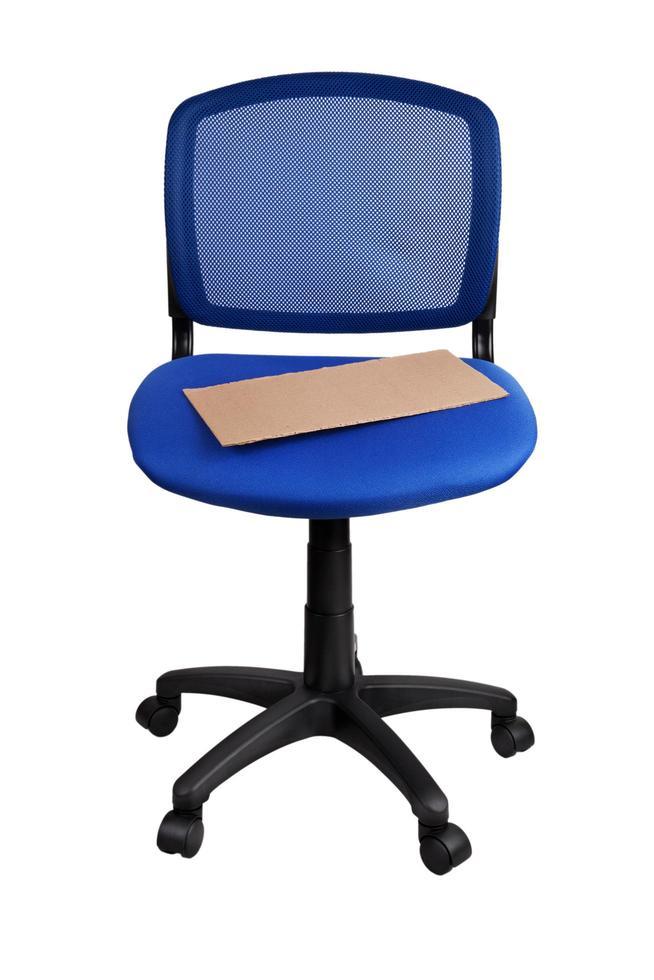 cartel acostado en una silla de oficina azul foto
