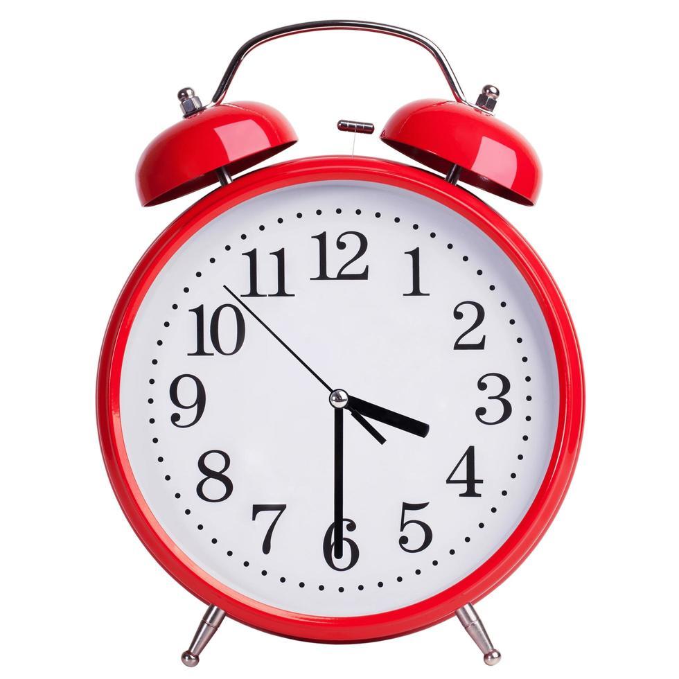 reloj despertador redondo muestra las tres y media foto