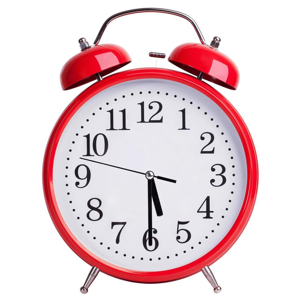 El despertador rojo muestra las cinco y media foto
