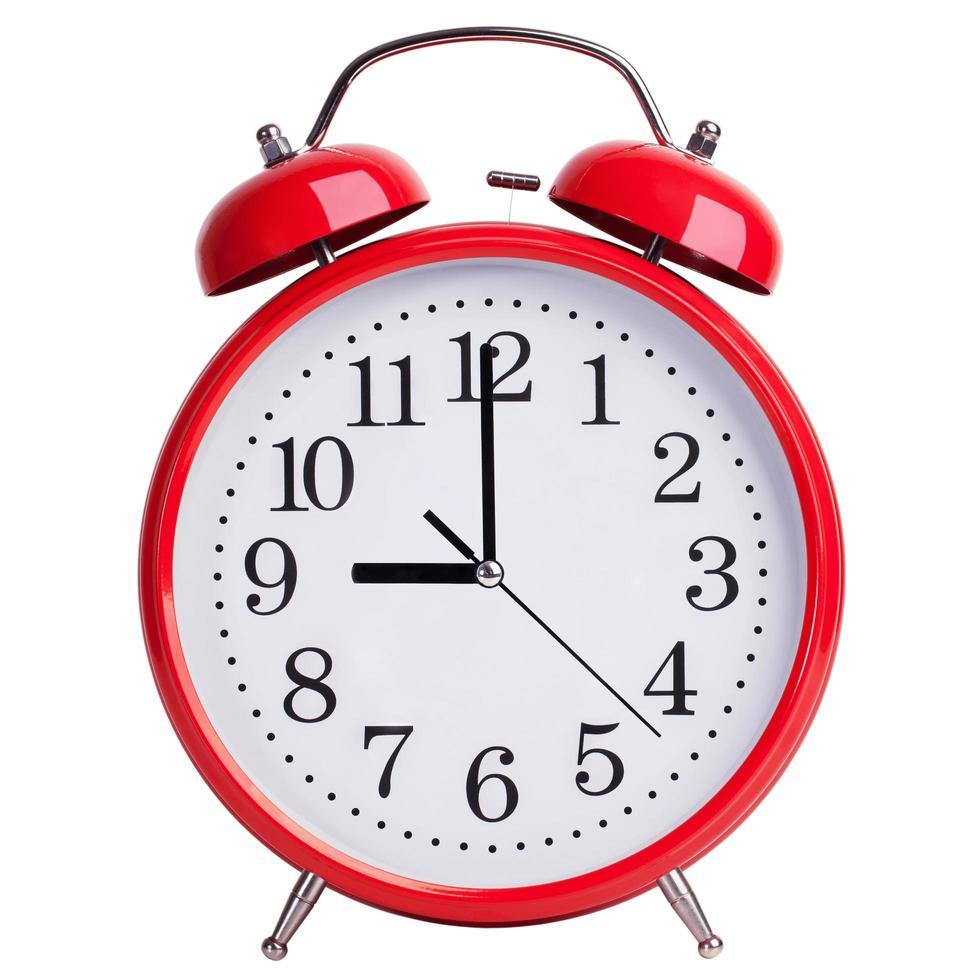 el despertador redondo muestra exactamente las nueve en punto foto