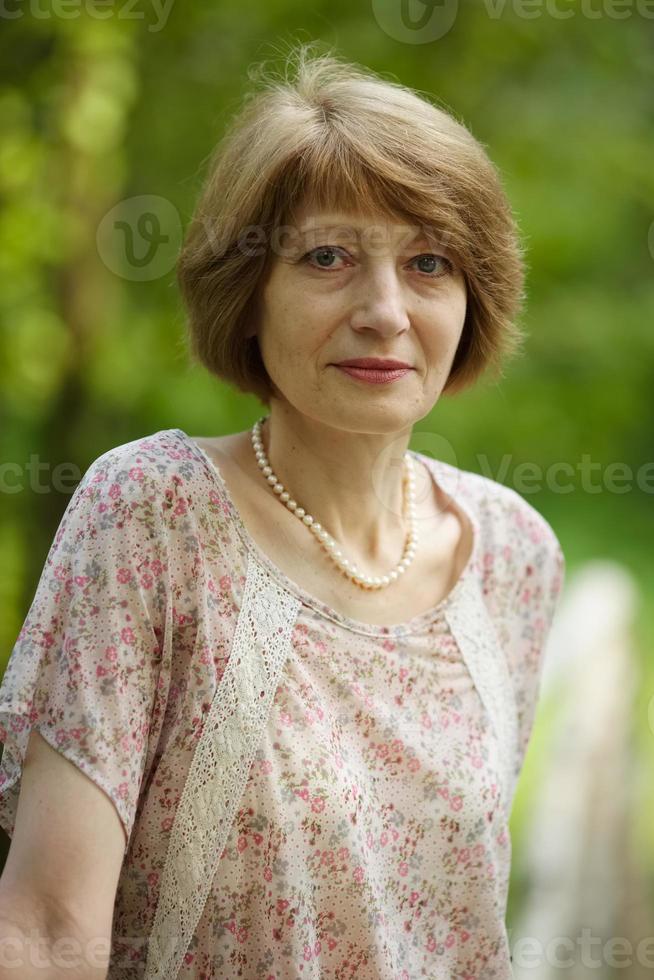retrato de una bella mujer de mediana edad foto