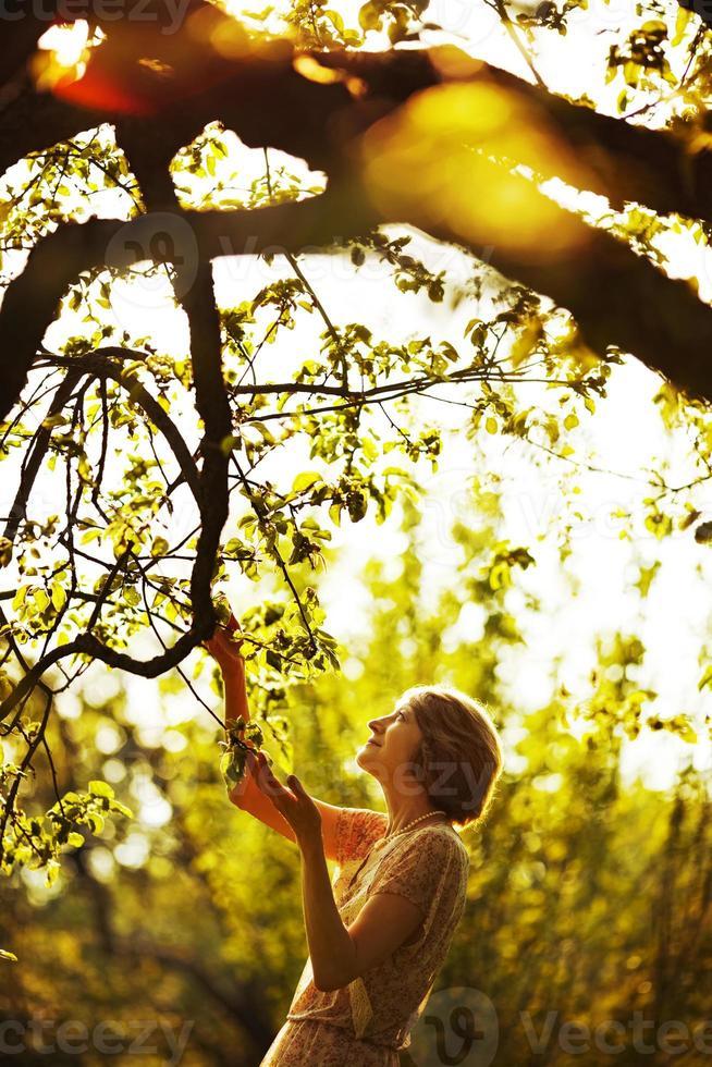 mujer en el jardín de verano foto