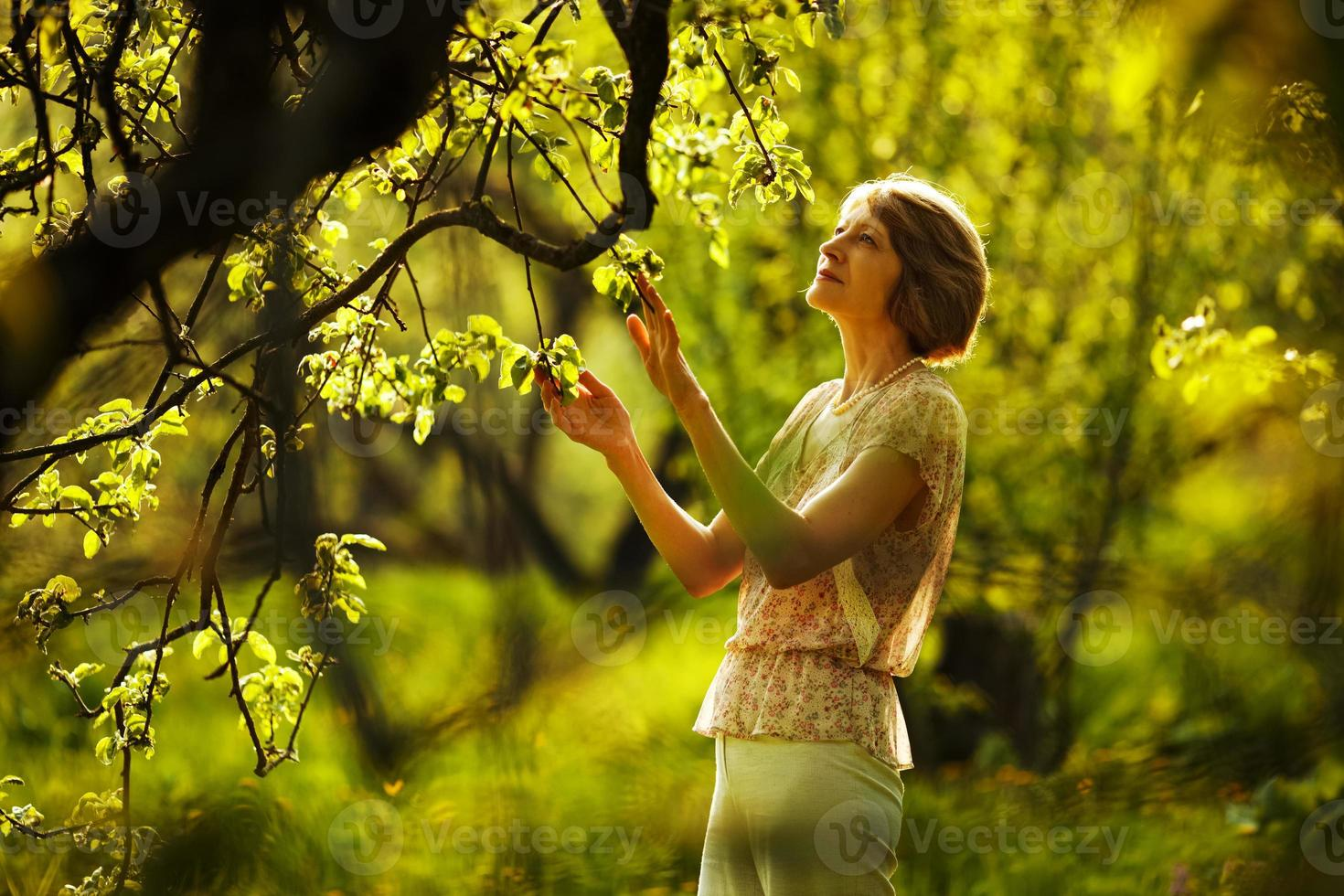 hermosa mujer mayor en el jardín foto